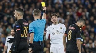 Valverde ve una tarjeta amarilla en el partido de ida ante el City.