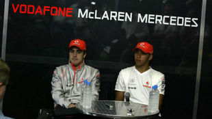 La primera rueda de prensa juntos de Alonso y Hamilton en Australia...