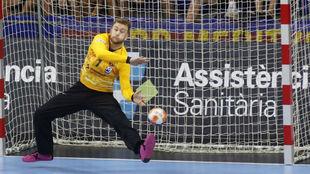 El portero del Barcelona Pérez de Vargas trata de parar un balón /