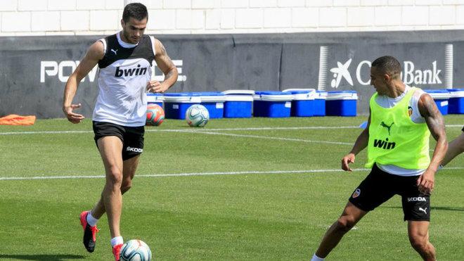"""El calor """"aprieta bien"""" en Paterna y la plantilla del Valencia lo sufre"""