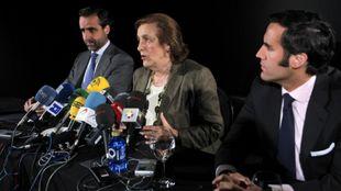 María Teresa Rivero, junto a dos de sus hijos, en su despedida del...