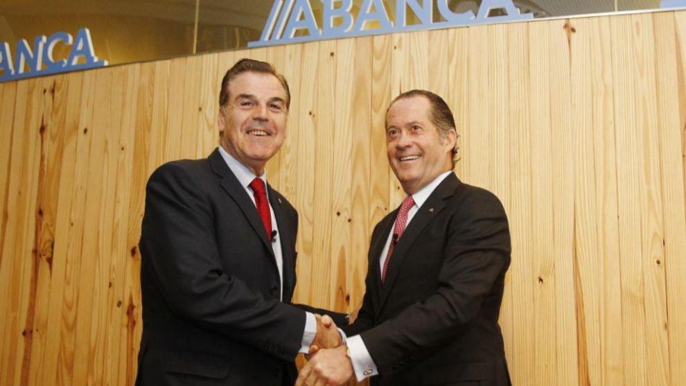 Fernando Vidal saluda a Juan Carlos Escotet tras firmar el acuerdo con...