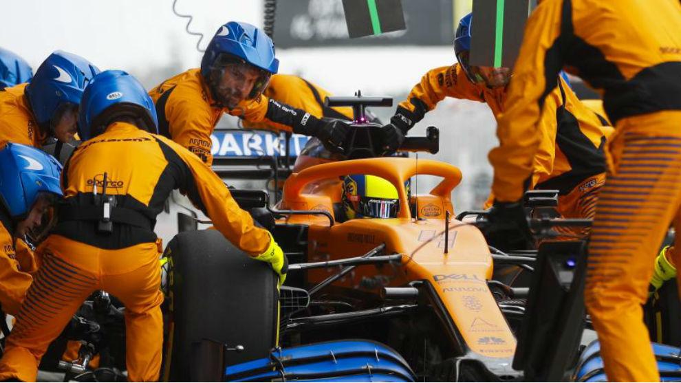 Mecánicos de McLaren, en el test de Barcelona de F1.