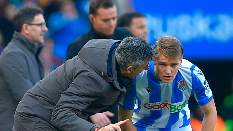 Imanol le hace una observación a Martin Odegaard, durante un partido.