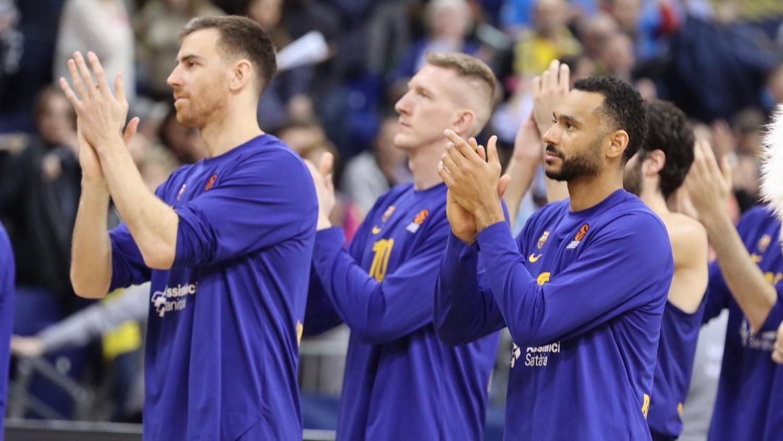 Los jugadores del Barcelona aplauden a sus aficionados después de un...