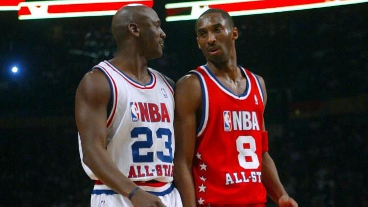 Michael Jordan y Kobe Bryant hablan durante un Partido de las...