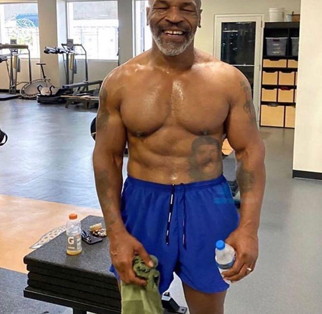 Mike Tyson muestra su nueva figura.