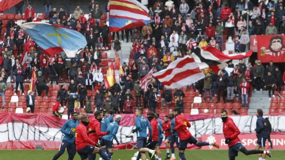 Aficionados del Sporting durante un entrenamiento del equipo en El...