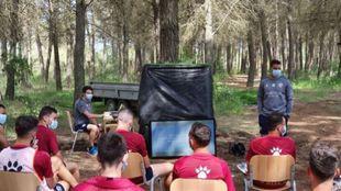 Míchel dirige la sesión de vídeo a un grupo de jugadores entre los...