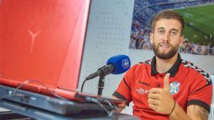 Nikola Sipcic saluda antes de la rueda de prensa tras su renovación