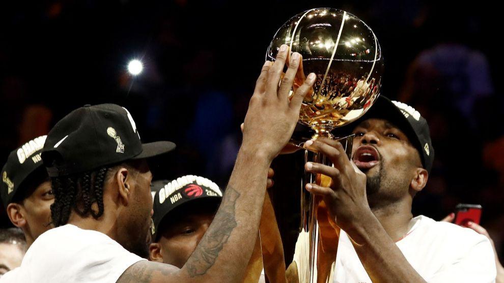 Serge Ibaka y Kawhi Leonard celebran el título de la NBA el pasado...