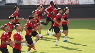 El primer grupo de trabajo del Almería madrugó para ejercitarse en...
