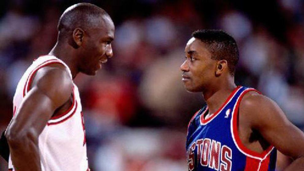 Michael Jordan e Isiah Thomas en un partido.