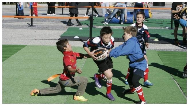 Unos niños juegan al rugby en una imagen de archivo.