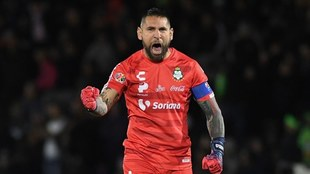 Joathan Orozco festeja un gol de Santos.