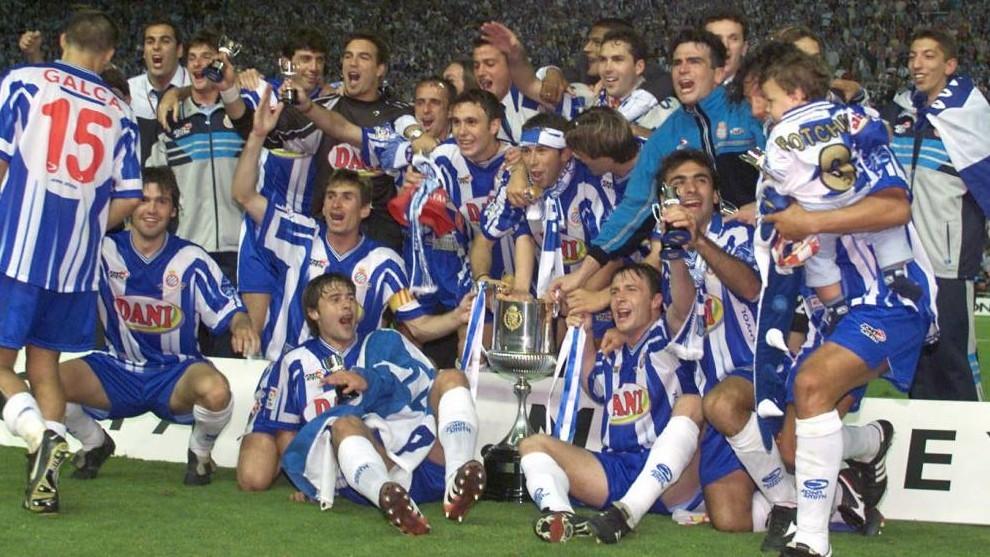 La plantilla del Espanyol, celebrando la Copa sobre el césped de...
