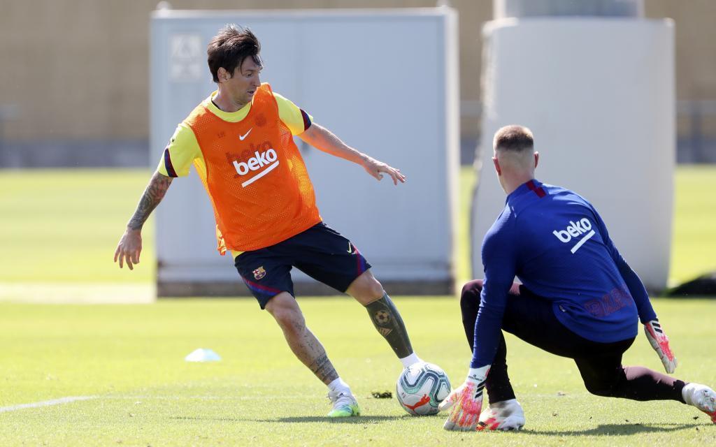 Messi intenta un regate ante Ter Stegen en un entrenamiento del Barcelona.