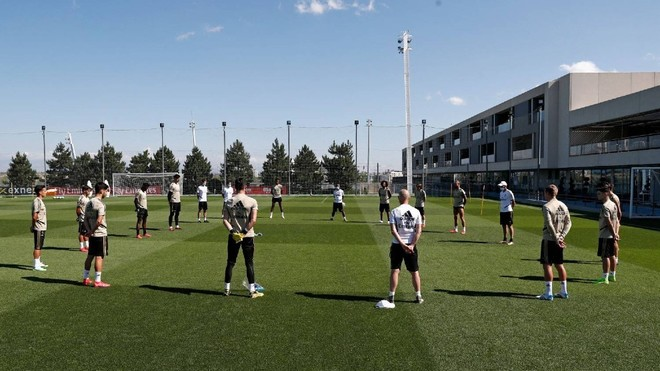 Real Madrid: Real Madrid hold a minute's silence for coronavirus victims before training