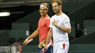 Severin Luthi dialogando con Federer