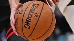 Un jugador maneja el balón durante un partido de la NBA.