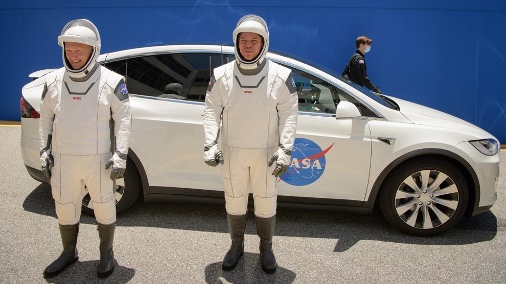 Robert Behnken y Douglas Hurley, junto al Tesla Model X.