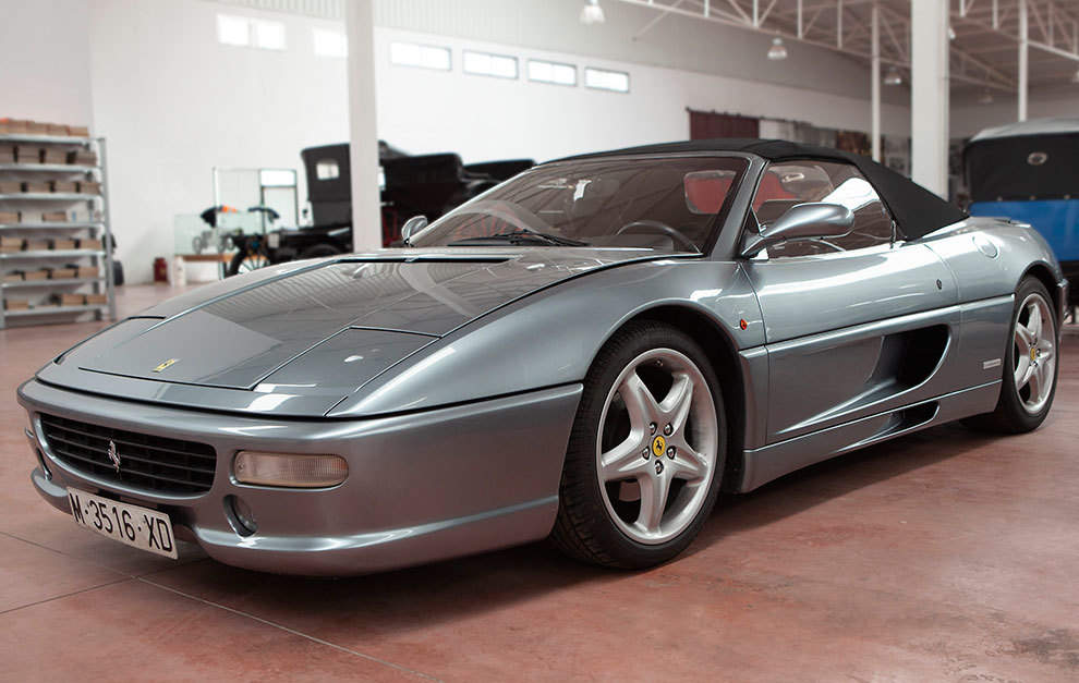 Un Ferrari F355 es uno de los lotes más atractivos.