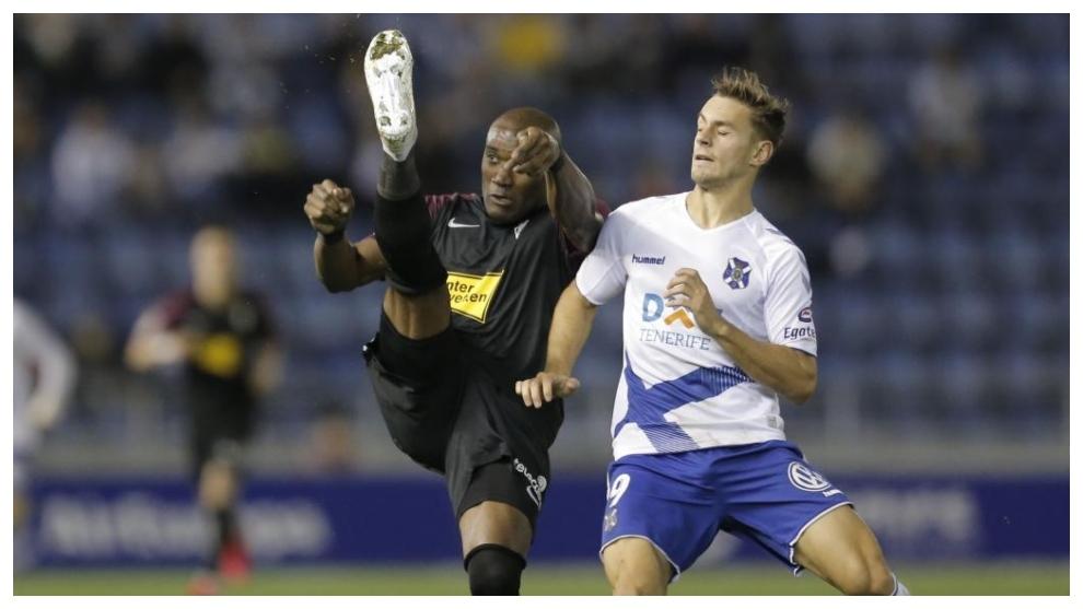 Dani Gómez lucha cpn Babín por hacerse con el balón