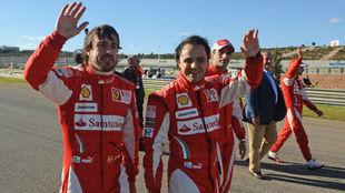 Fernando Alonso, y Felipe Massa, saludan al público en el circuito...