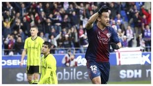 Okazaki celebra uno de sus goles