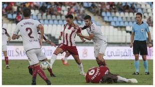 Aguza es agarrado por un defensor del Albacete