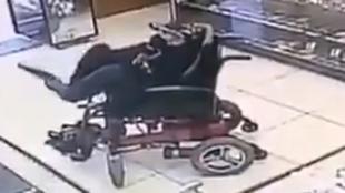 Un hombre sin brazos atraca una joyería a punta de pistola: sostenía el arma con los pies