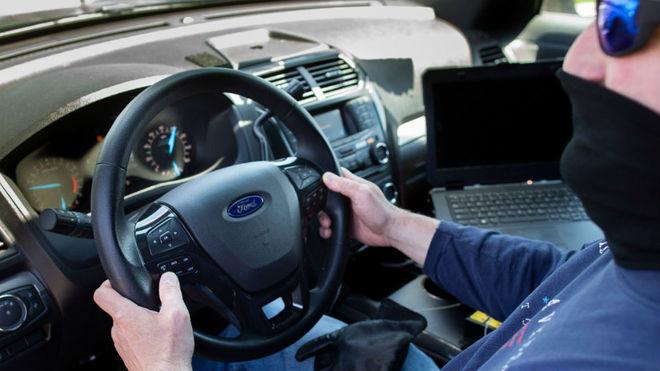 Un ingeniero prueba el software en el interior de un Ford Explorer.