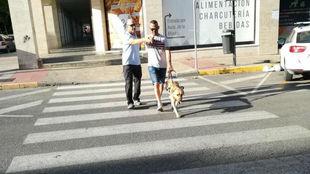 José Manuel Macarro, instruyendo a una persona ciega y a su perro...
