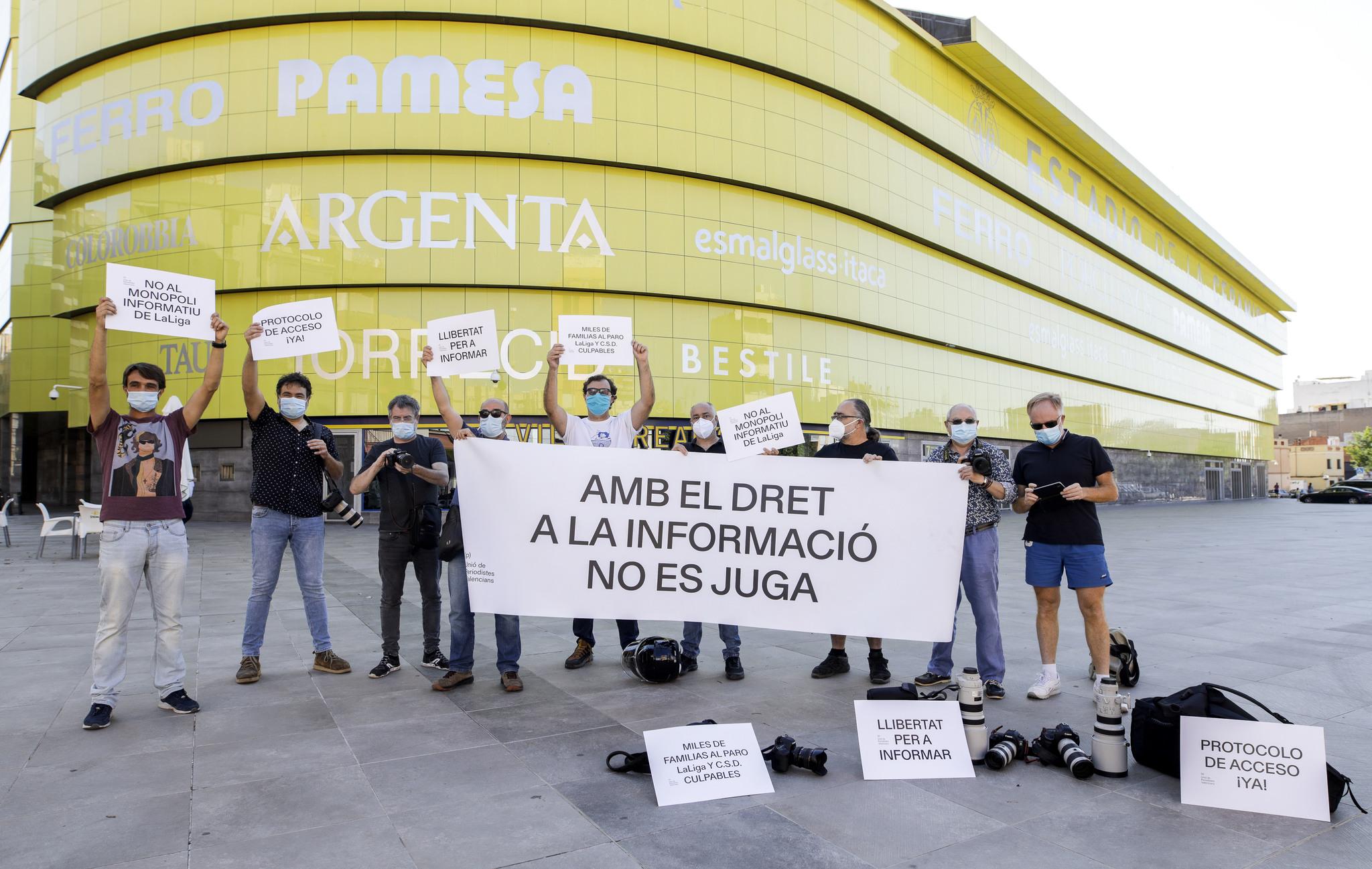 FOTOGRAFOS PROTESTAN FRENTE AL ESTADIO DE LA CERAMICA Y RECLAMAN ACCEDER A LOS CAMPOS DE FUTBOL UNA VEZ SE REANUDE LA LIGA