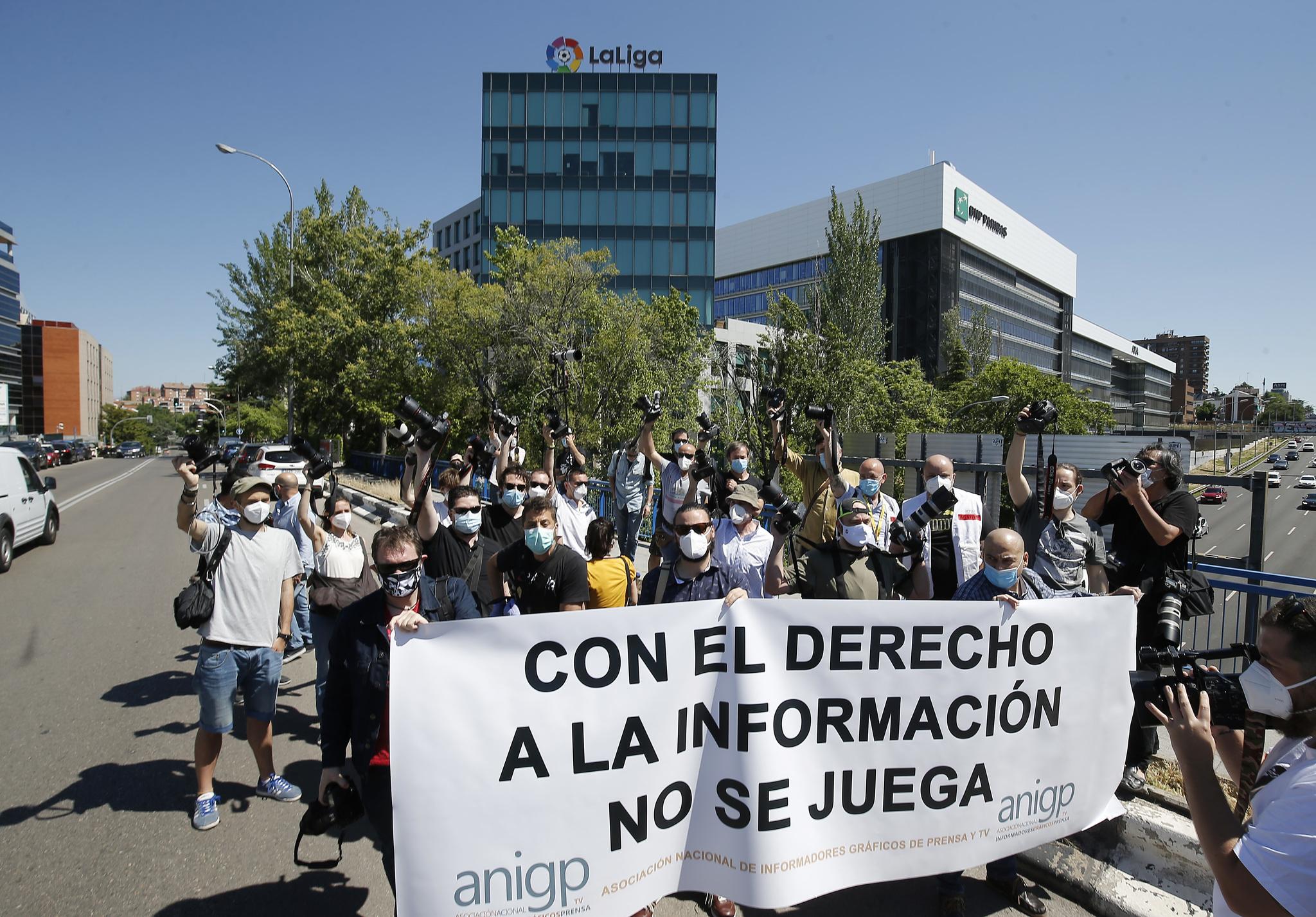 lt;HIT gt;PROTESTA lt;/HIT gt; FOTOGRAFOS DEPORTIVOS ANTE LA SEDE DE LA LIGA
