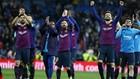 Suárez, Messi y Piqué saludan a la afición del Barça en el...