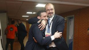 Francesc Solanda, director deportivo del Andorra, se abraza a Ibon...