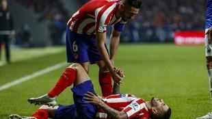 Correa es ayudado por Koke mientras se duele en el césped.