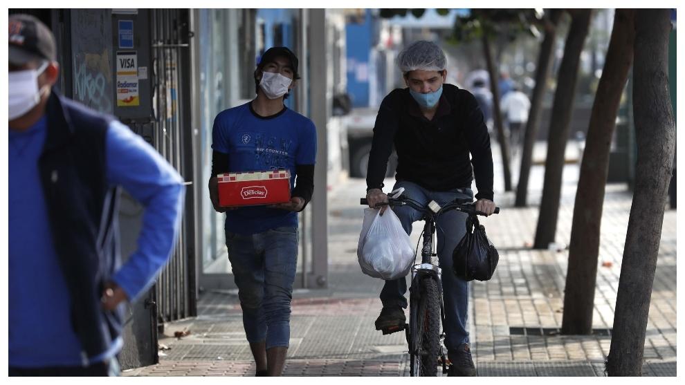 Transeúntes en las calles de Lima.