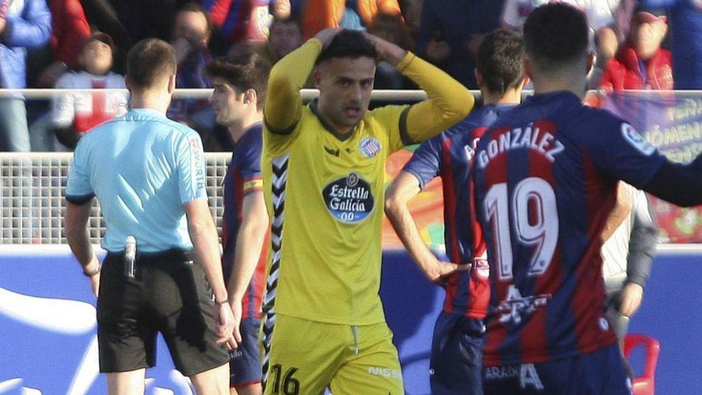 Christian Herrera se laenta de una ocasión durante un partido del...