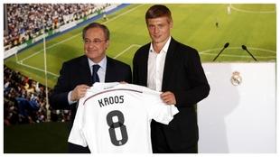 Kroos alongside Florentino Perez during his Real Madrid presentation.