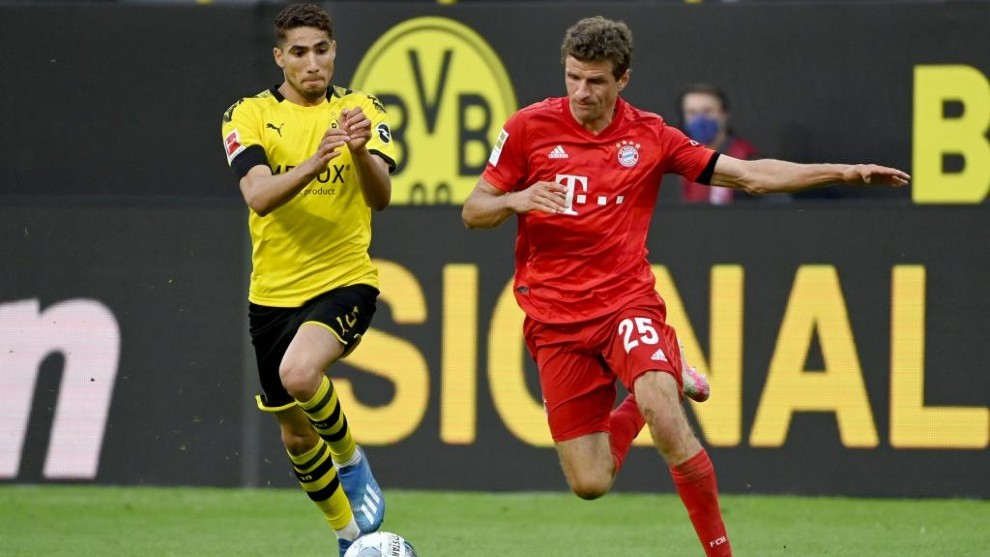 Achraf challenges Muller for the ball.