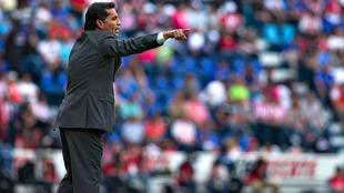 Benjamín Galindo dirigiendo un partido en le Estadio Azul.