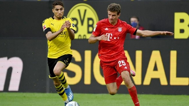 Achraf, junto a Muller en el Dortmund-Bayern.