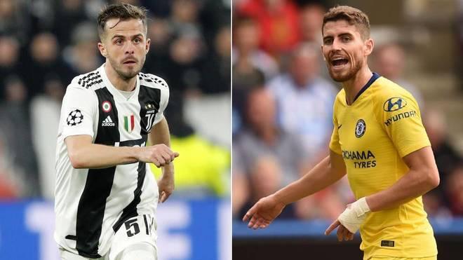 Pjanic y Jorginho, dos de los jugadores que podrían entrar en una...