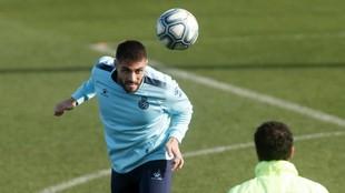 David López cabecea el balón, durante un entrenamiento en Sant...