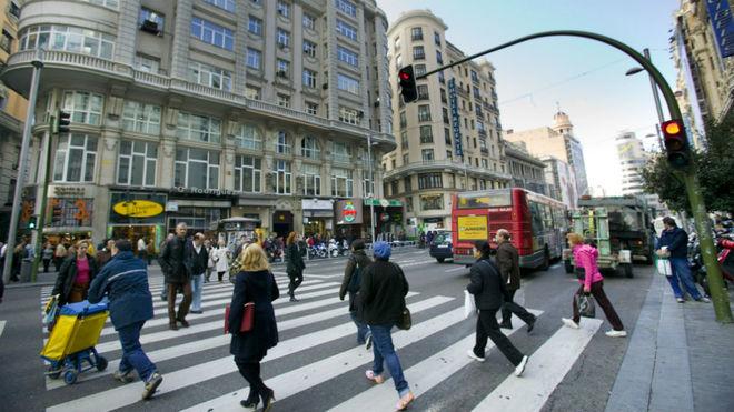 Más de la mitad de los peatones no usa el paso de cebra y un tercio cruza con el semáforo en rojo