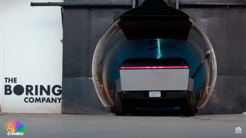Los mundos de Elon Musk: el Tesla Cybertruck entra en un túnel de Hyperloop