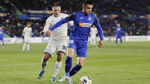 Arambarri avanza con el balón durante un partido con el Getafe.