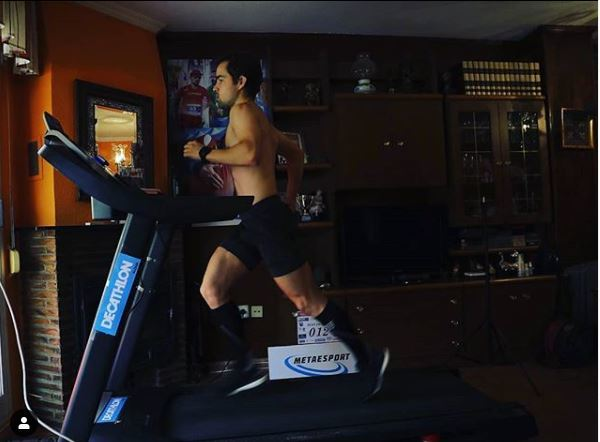Iván Penalba, en la cinta de correr de su casa.